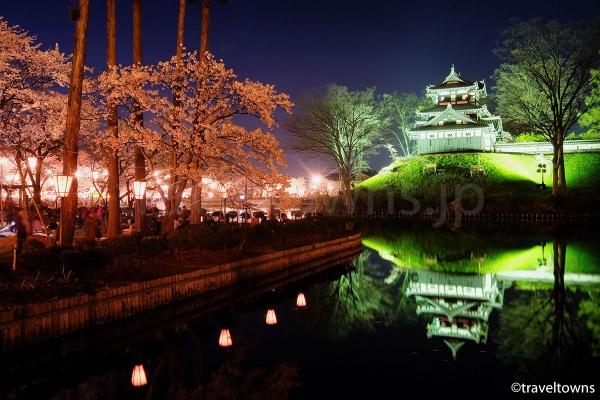 ライトアップされた高田城と満開の桜