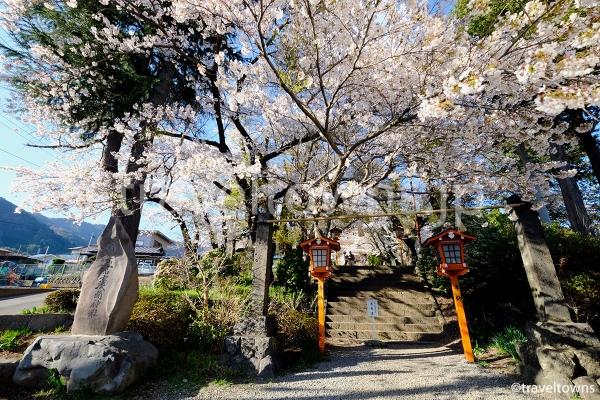 下吉田駅から徒歩5分ほどで参道へ