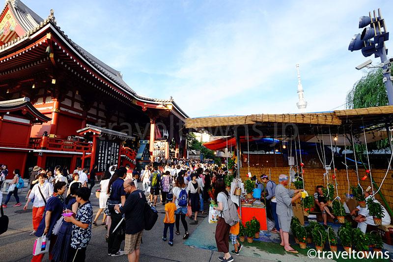 浅草寺本堂とほおずき市の露店