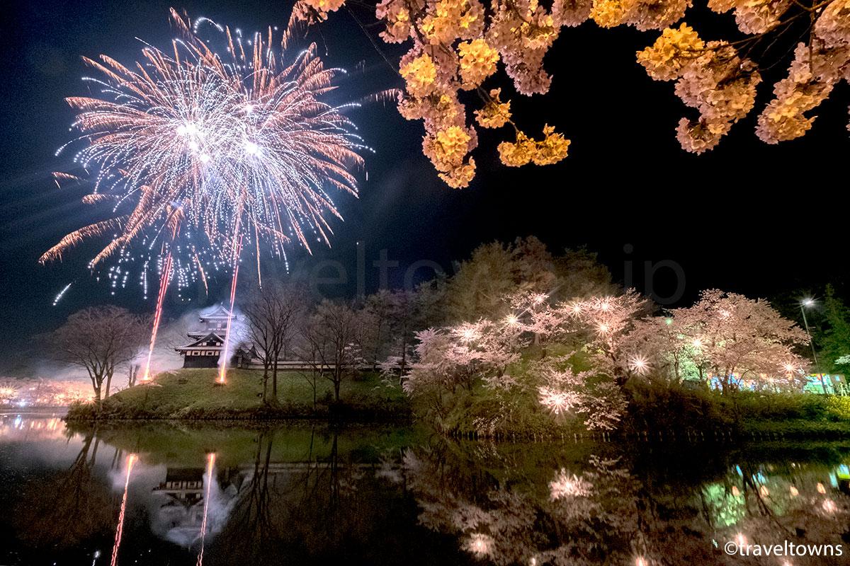 日本三大夜桜のひとつ、高田城の夜桜が見頃、花火との共演も(2017年)