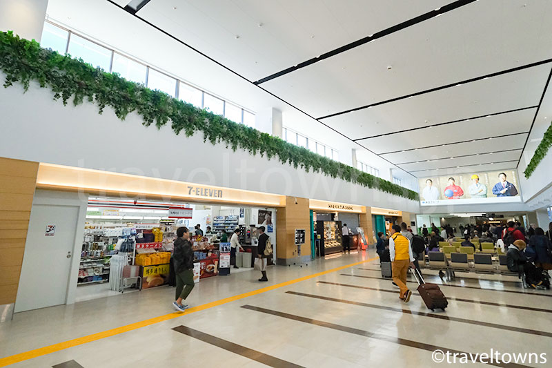 福岡空港の国内線、北到着口前の広場
