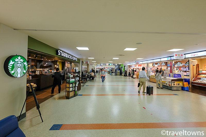 2階出発フロアにはカフェやお土産店が並ぶ