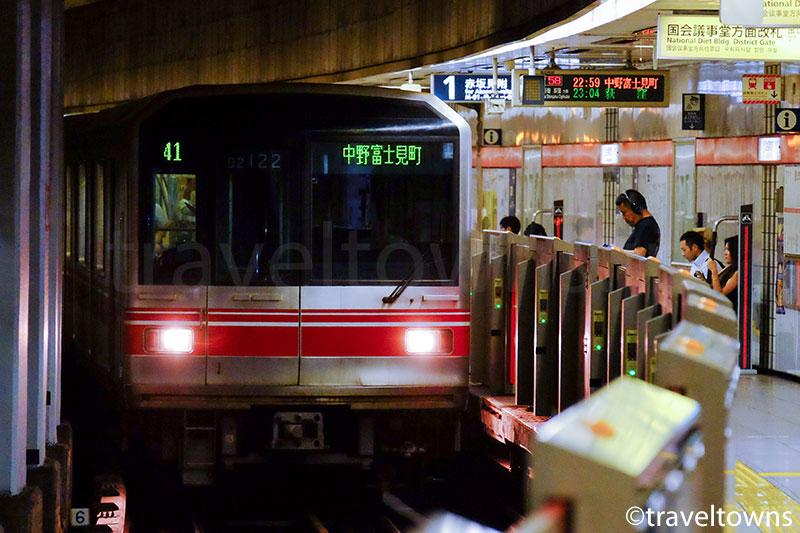 国会議事堂前駅に到着する東京メトロ丸ノ内線
