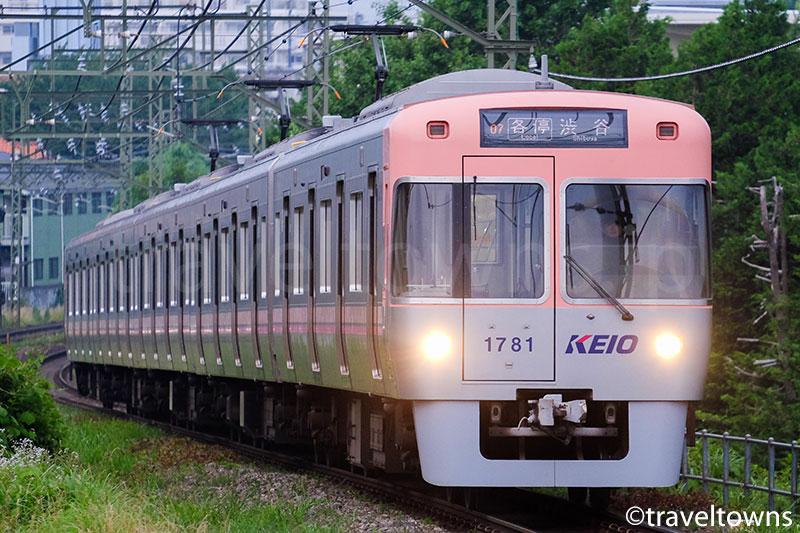 高井戸駅へ侵入する井の頭線1000系
