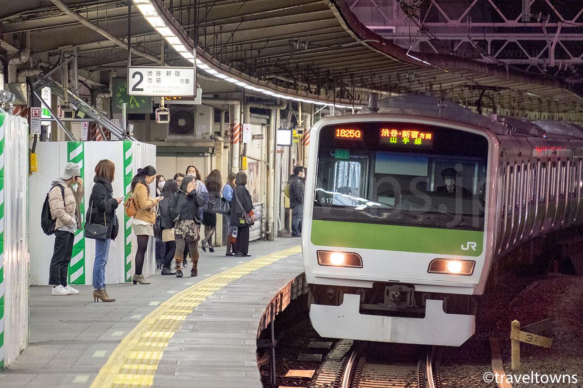 五反田駅に到着するJR山手線の外回り(現在はホームドアあり)