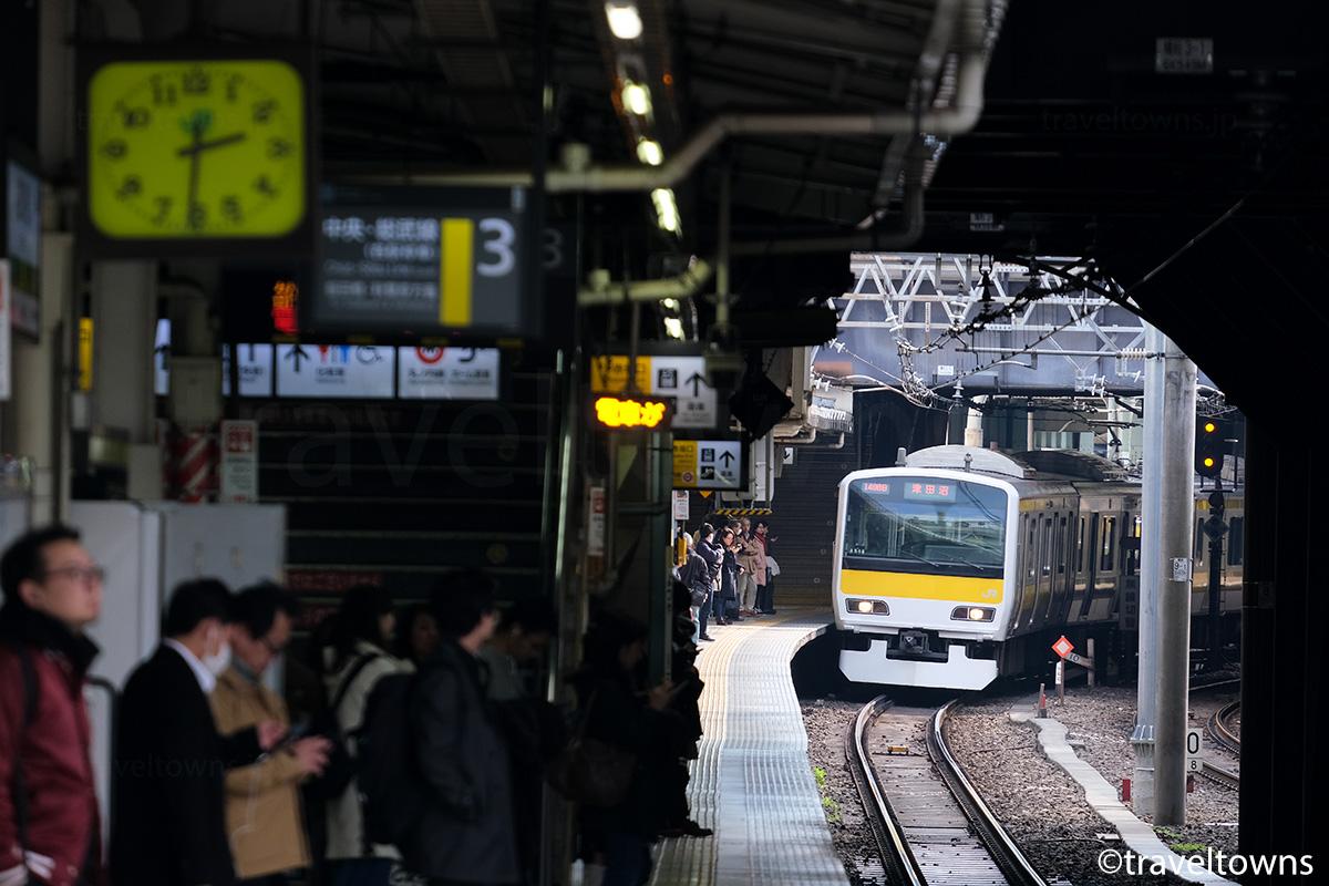 3番線に到着するJR中央・総武線各駅停車の千葉方面列車