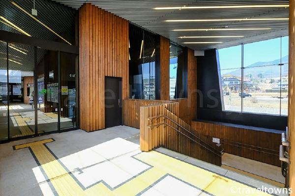 新しい駅舎では改札階が2階になった小淵沢駅