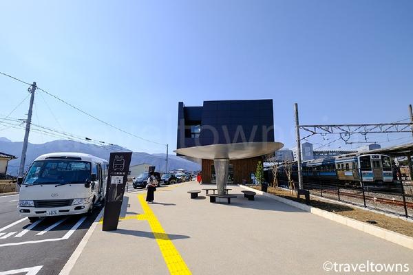 駅前から宿泊施設の送迎バスなどが発着する