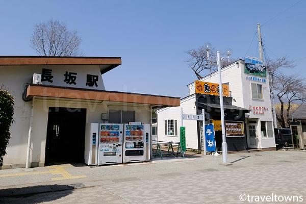 駅舎の隣に丸政のそば屋がある