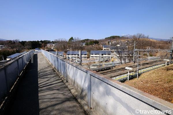 駅舎の反対側へは跨線橋で渡ることができる