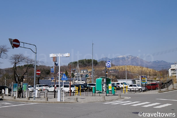 駅前ロータリーの隣に駐車場がある