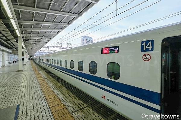 米原駅に停車中の東海道新幹線 ひかり N700系