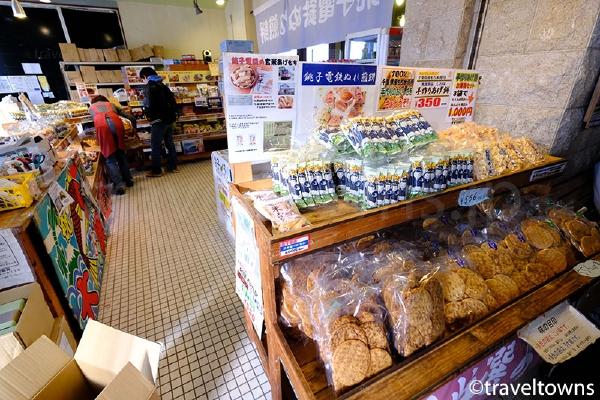 駅舎内の売店では銚子電鉄名物の「ぬれ煎餅」が購入できる