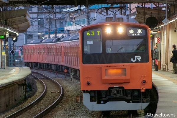 小作駅に到着する201系H7編成の東京行き