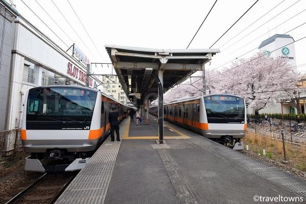 春には線路沿いの桜も楽しめる
