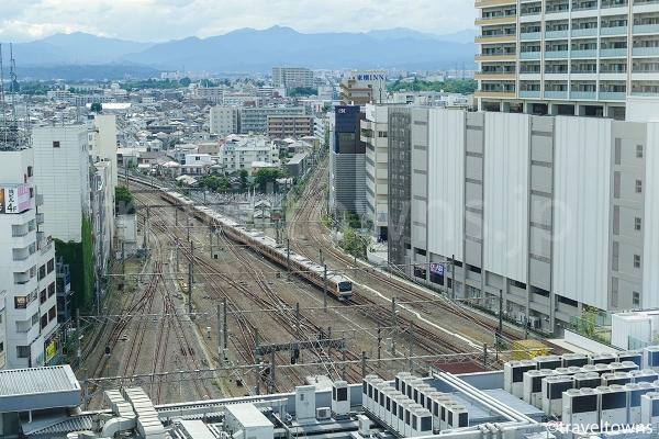 立川駅に到着するJR中央線の電車