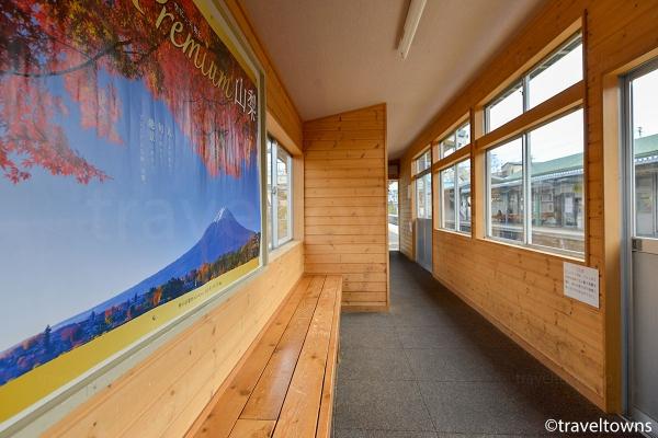 駅ホームの待合室