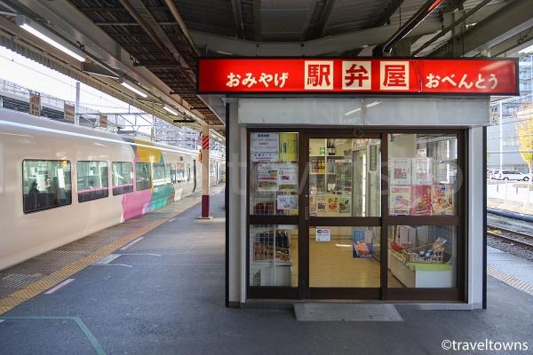 甲府駅のJR中央本線ホームにある駅弁屋