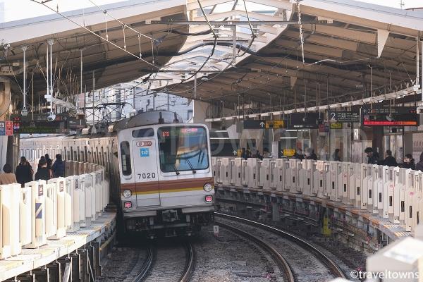 妙蓮寺駅を発車した東京メトロ副都心線の7000系
