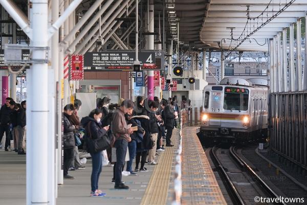 多摩川駅に到着する東急東横線の各駅停車渋谷行き