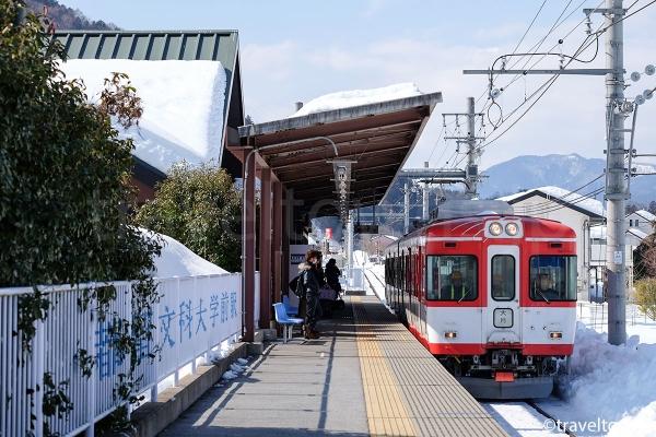 都留文科大学前駅に到着する大月行きの電車(1000形マッターホルン号)