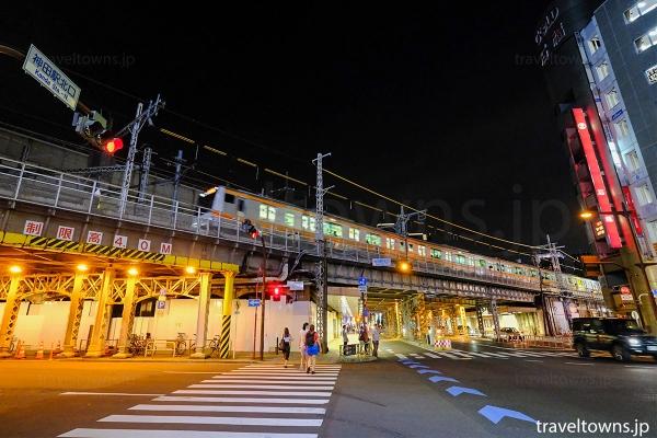 神田駅を発車したJR中央線(下り電車)