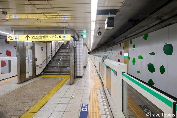 代々木公園方面改札(出口2~4)への階段