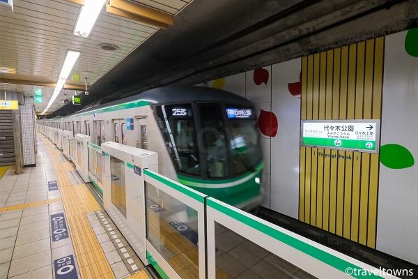 代々木公園駅の1番線に到着する東京メトロ千代田線の代々木上原行き