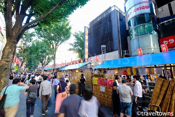 神楽坂通りには多くの模擬店が並ぶ
