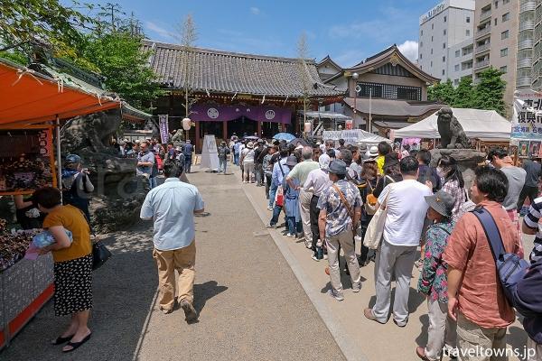 多くの参拝者で賑わう浅草神社