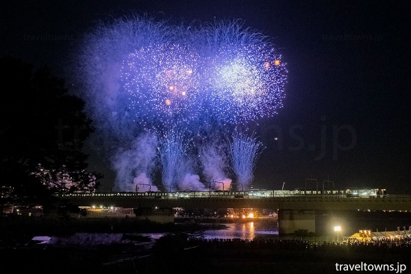 小田急線の電車と花火