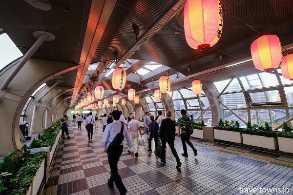 大崎駅からの連絡通路にも提灯が飾られる