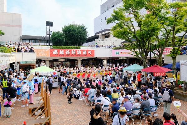 越谷コミュニティセンター前の組踊り会場では一足先に開演