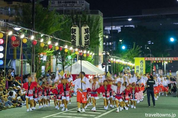 西口駅前通り演舞場での流し踊り