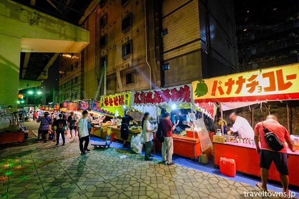 会場は周囲を数多くの模擬店がならび飲食も楽しめる