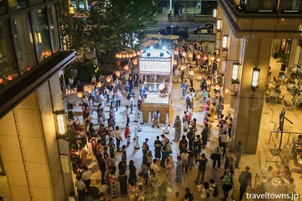 会場は京橋エドグラン1階中央通り側広場