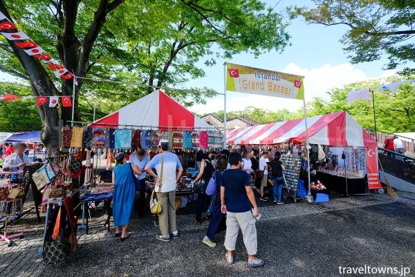 雑貨や衣料品、日用品が販売されるグランバザール