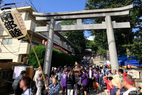 北澤八幡神社の境内から続々と神輿が出発する
