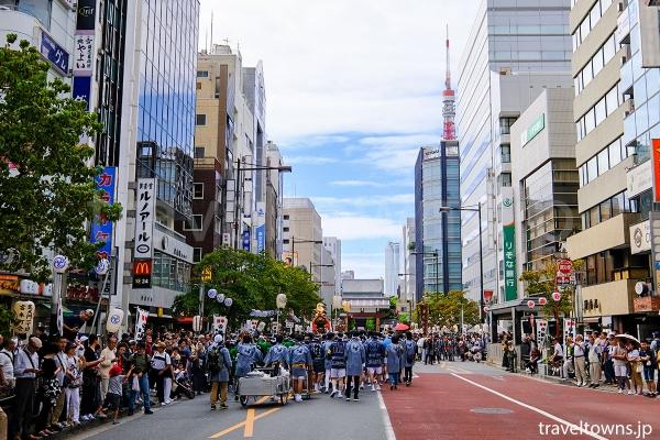 神輿渡御は大門駅すぐの大門通りの歩道から観覧できる