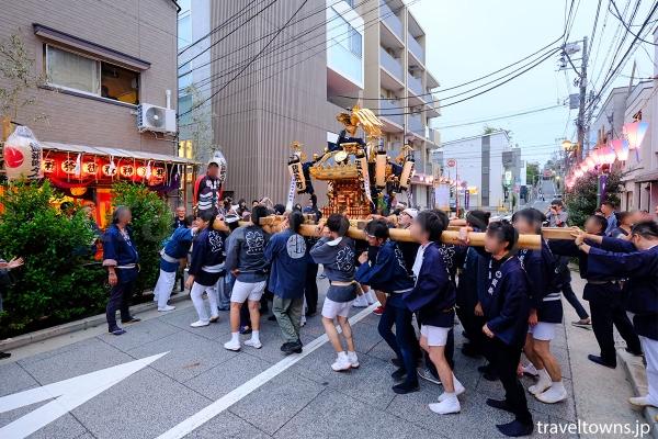 周辺では各町会の神輿渡御が行われる