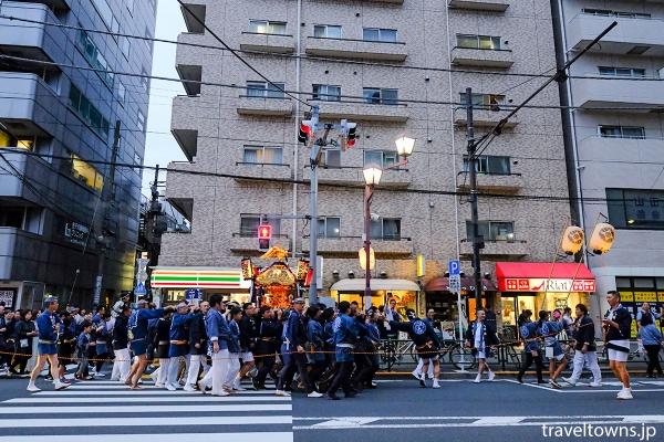根津駅のある不忍通りをゆく町会の神輿渡御
