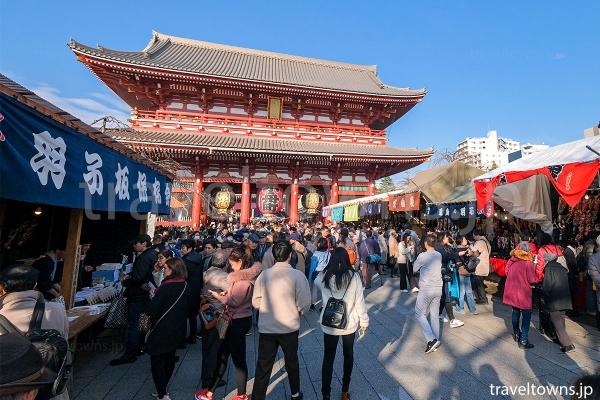 浅草寺の境内に羽子板を販売するお店が並ぶ