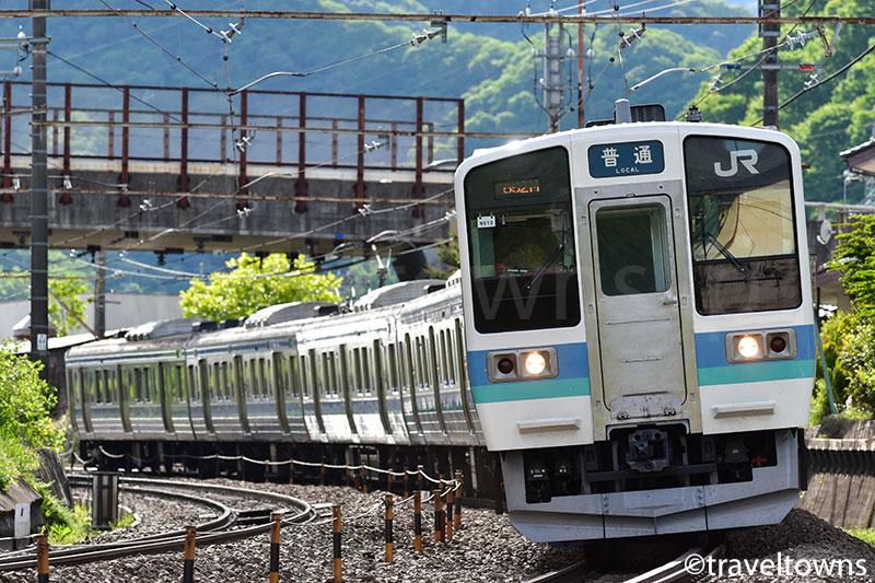 上野原~四方津駅を走るJR中央本線の211系