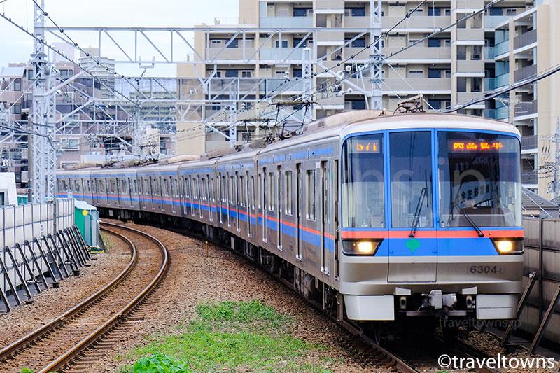 蓮根駅に進入する都営三田線6300形