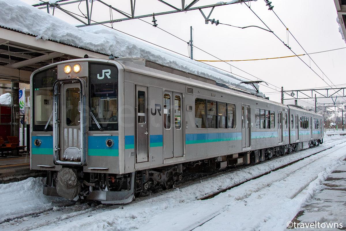 南小谷駅に停車中のJR大糸線 E127系100番台