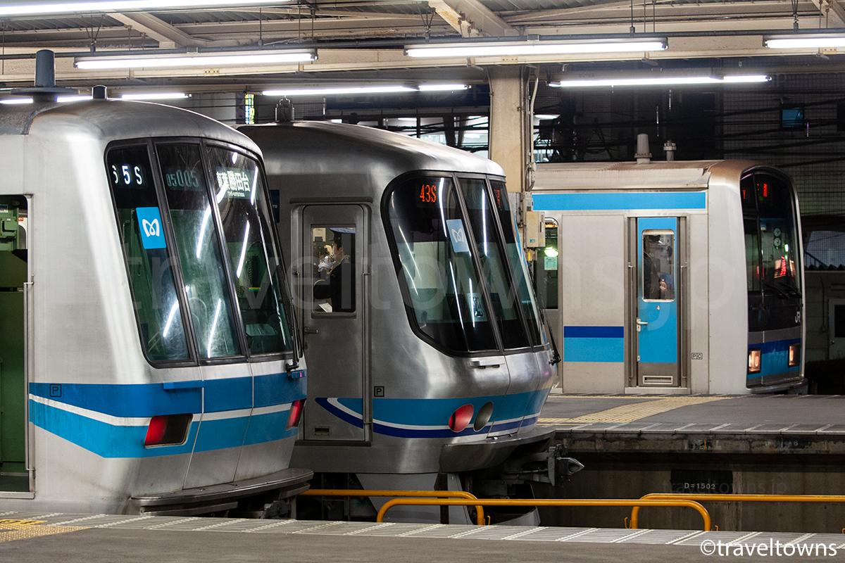 中野駅で並ぶ東京メトロ東西線の東京メトロ05系、東京メトロ07系、E231系800番台