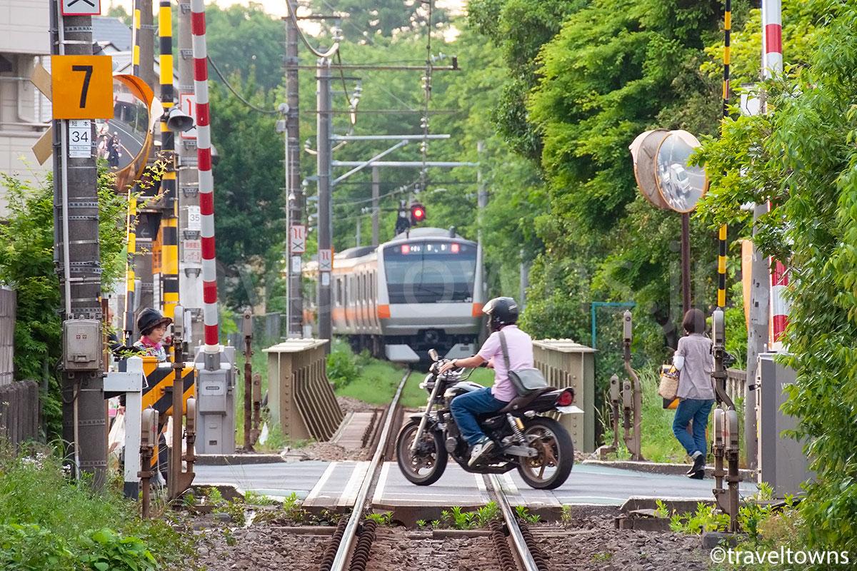 JR中央線からの直通電車は、立川~西立川駅間で単線の青梅短絡線を走る