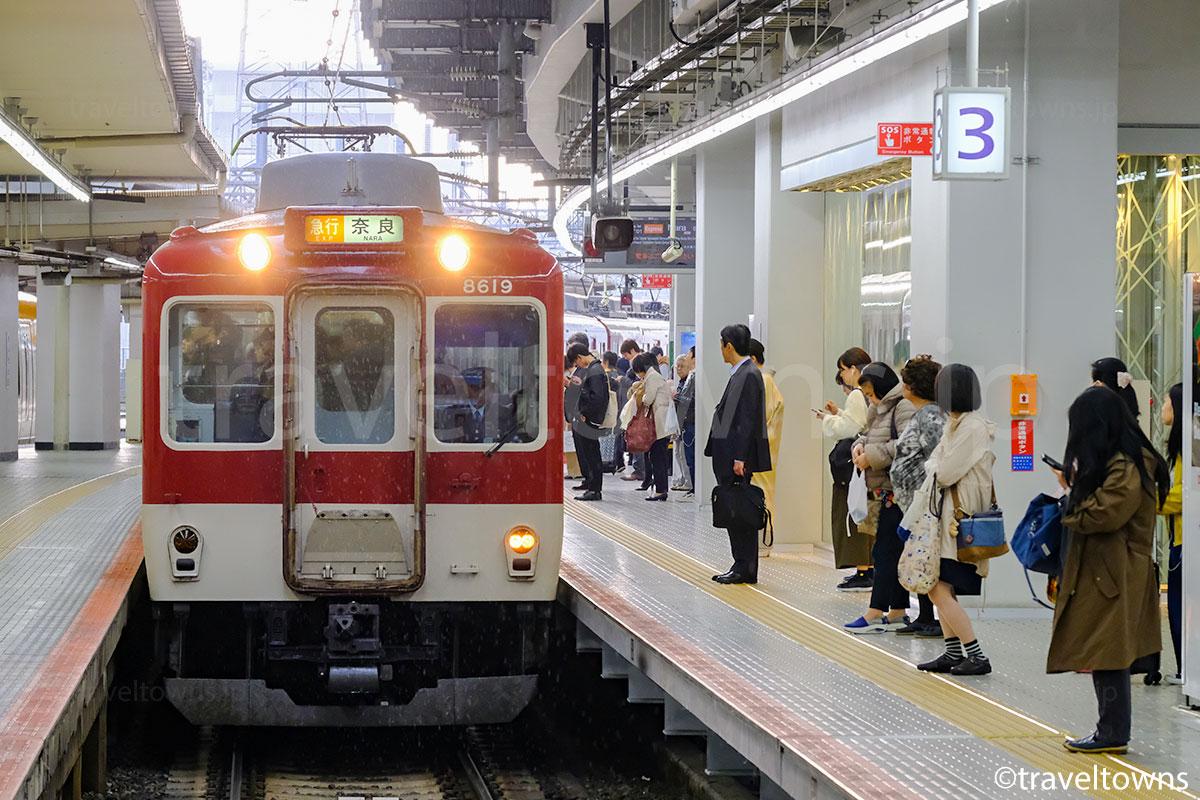 京都駅に到着する近鉄京都線の急行