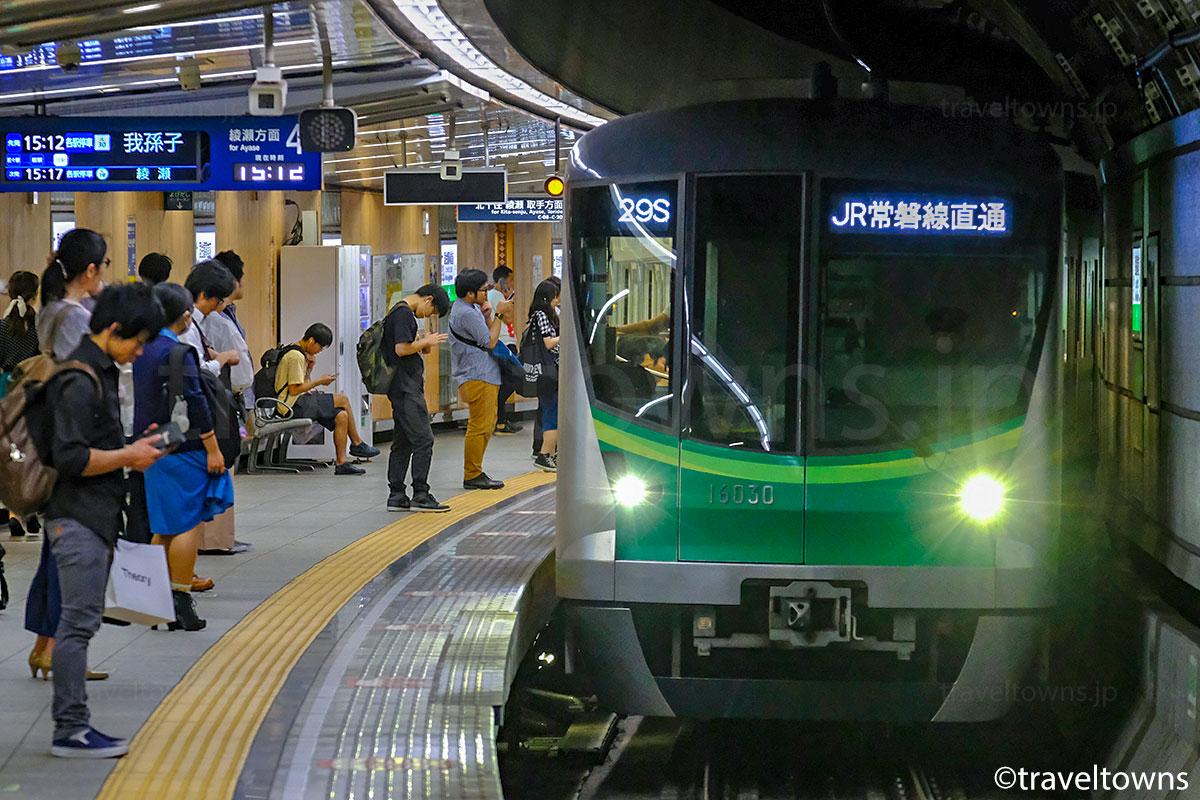 国会議事堂前駅に到着する東京メトロ千代田線の東京メトロ16000系