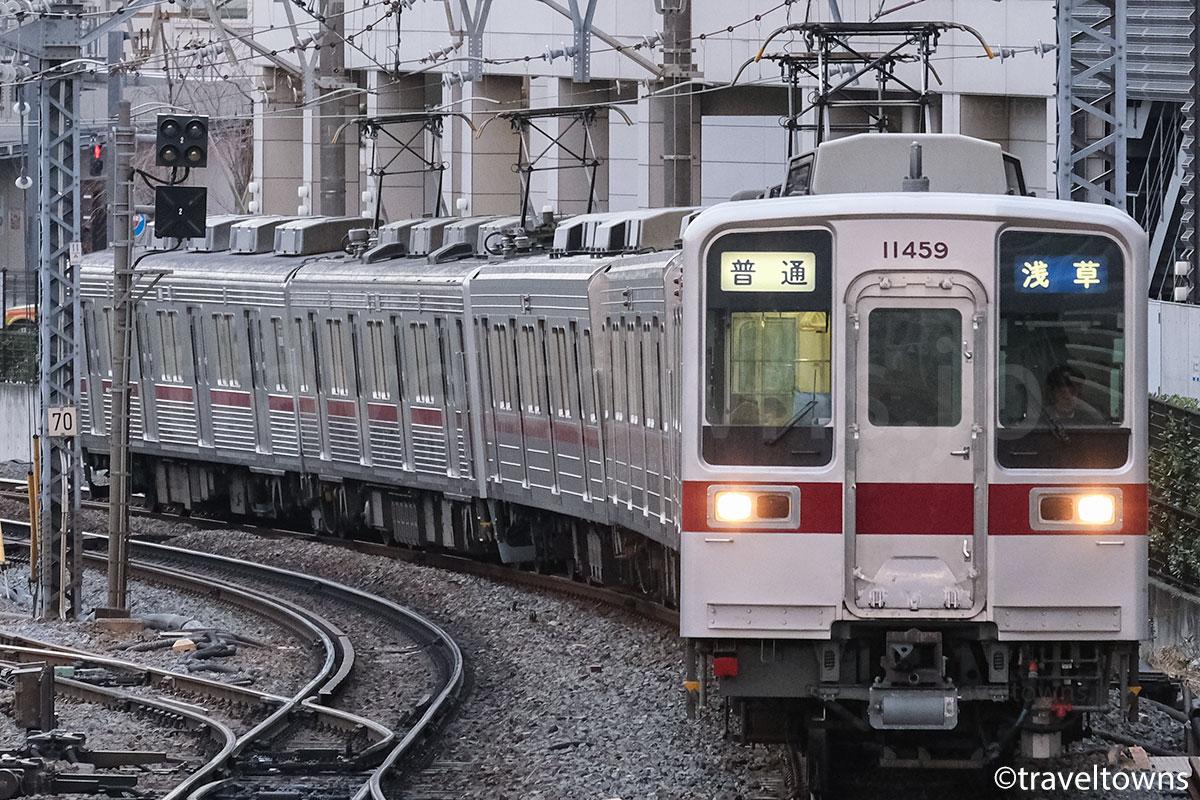 東武伊勢崎線を走る東武10030系